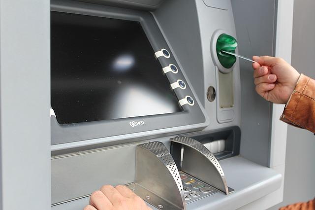 Mann am Bankautomaten