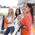 Frauen shoppen mit Karte