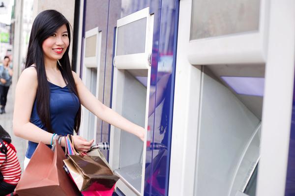 Frau am Bankautomaten