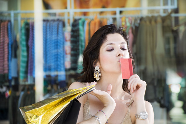 Frau küsst Kreditkarte