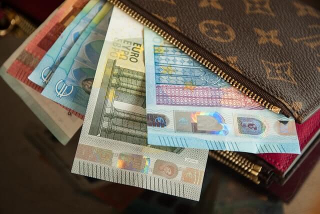 Diverse Euroscheine in einem Portemonnaie für den Zahlungsverkehr
