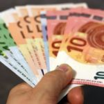 Verschiedene Euroscheine in der linken Hand