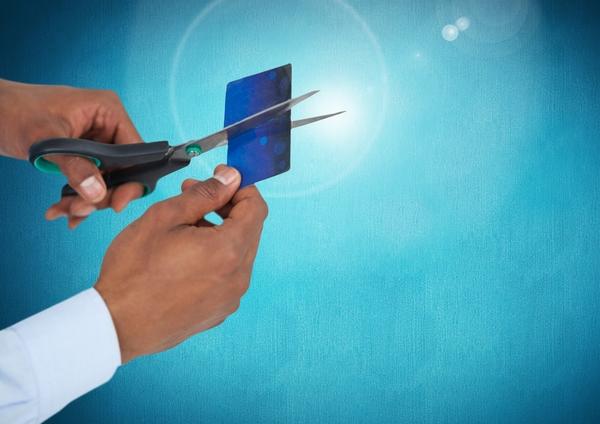 Kreditkarte wird zerschnitten