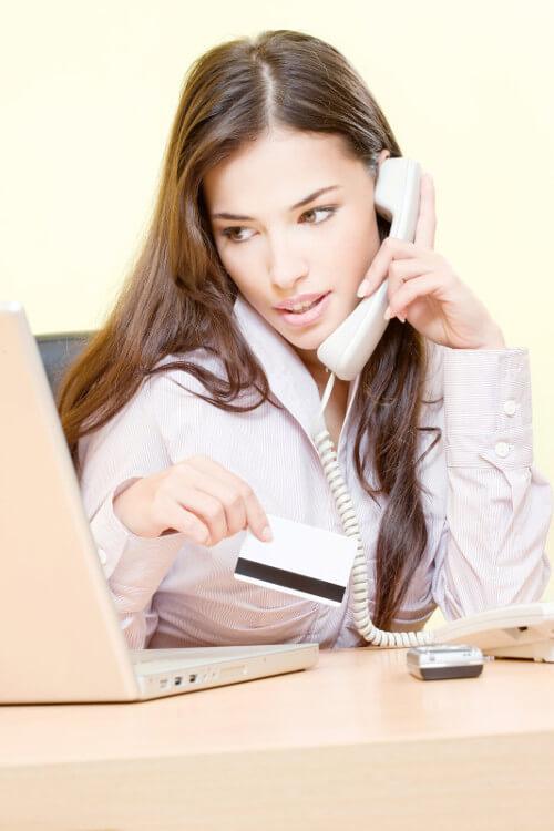 Frau telefoniert mit dem Kundenservice