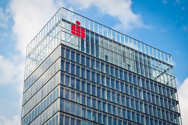 Glashaus der Sparkasse mit Logo