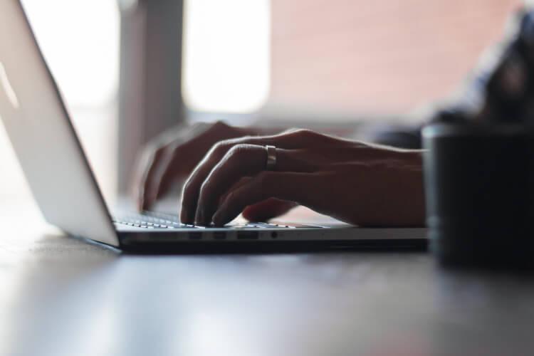 Ehemann sitzt am Laptop und macht Online-Banking