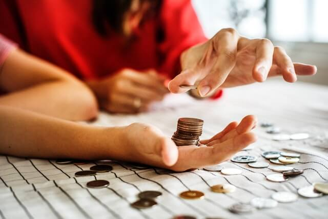 Mutter und Tochter zählen gemeinsam Geld