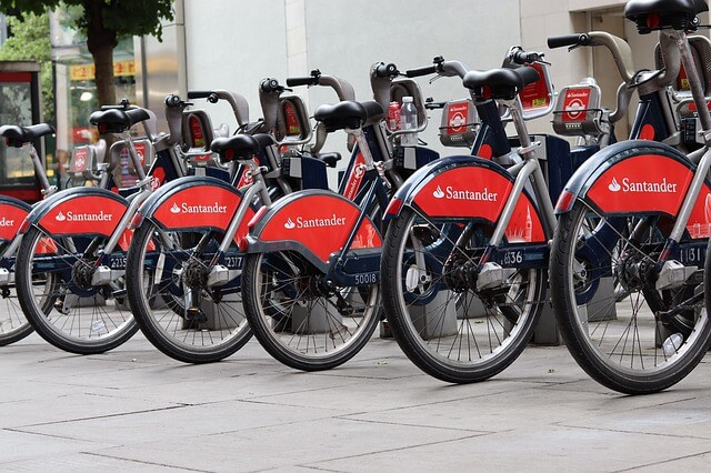6 Fahrräder mit Santander Bank Werbung auf dem Hinterrad