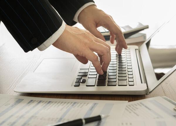 Geschäftsmann eröffnet Konto am Laptop