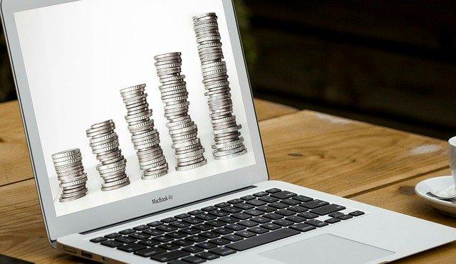 Münzenstapel auf Laptop