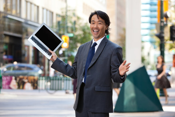 Geschäftsmann hält Laptop