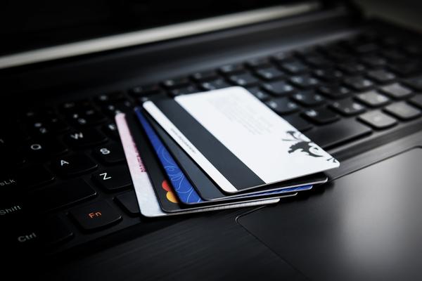 Kreditkarten auf Laptop