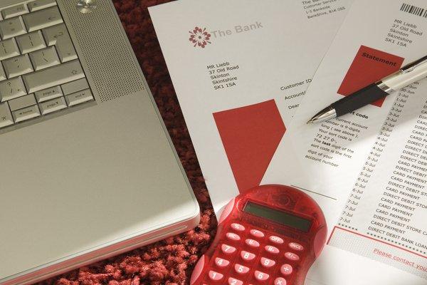 roter Taschenrechner und Laptop