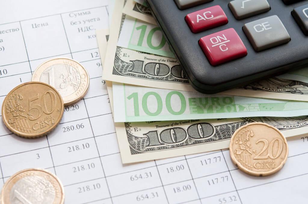 Geld mit einem Taschenrechner und einer Preisliste