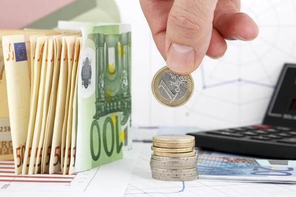 Erhaltene Zinszahlungen auf dem Tisch