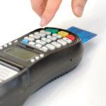 Kartenlesegerät beim Einkaufen